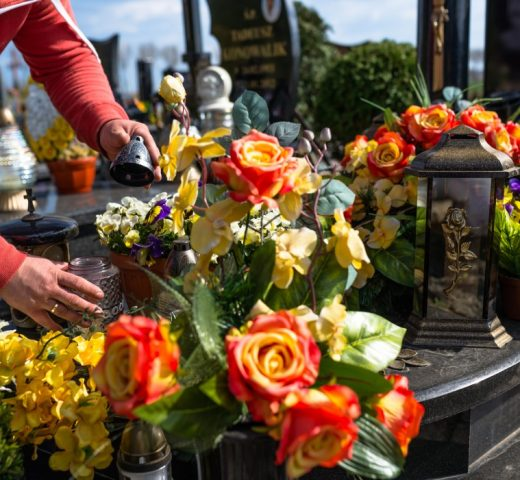 https://funerareghica.ro/wp-content/uploads/2019/10/artificial-flowers-and-candlesticks-lie-on-the-tombstone-in-the-cemetery-visible-hands-of-a_t20_8dlp9g-520x480.jpg